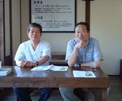 取材に応ずる家井会長(右)、結城社長(左)