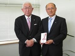 白松一郎理事長(左)、斎藤俊夫町長(右)