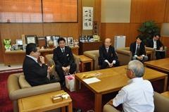 伊藤祐一郎鹿児島県知事(左)を表敬訪問