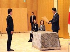 安倍総理から表彰を受ける北川部長