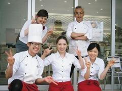 岩本竹史さん(右上)と従業員