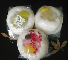赤飯まんじゅう(下)、生姜ぶかしまんじゅう(上左)、しろ蒸かしまんじゅう(上右)