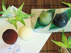 (左から)ティラミス大福、マンゴー大福、葛まんじゅう(ずんだん、黒糖)