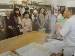 和菓子作りを森山昌彦さんから熱心に聞く会員