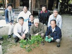 橘の苗木を植え記念撮影