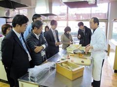 和菓子作り体験で国際文化交流