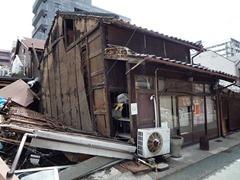 震災で傾き一時閉店した時の店舗