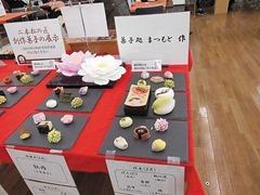 各店の技が光る創作菓子の展示