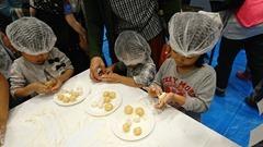 お菓子祭りでチーズ饅頭手作り体験に参加する子供達