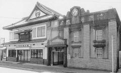 村岡総本舗小城本店(左)と並び建つ羊羹資料館