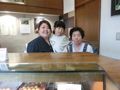 三代看板娘の揃い踏み 和佳恵さん・長女、歩希さん・母、明美さん