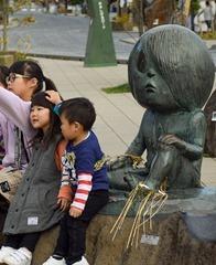 「ゲゲゲの鬼太郎」など177体の妖怪ブロンズ像が並ぶ境港市の水木しげるロード