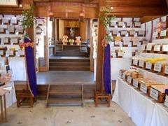 祭壇に約300種類のお菓子を奉納