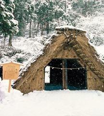 (参考)氷室小屋(湯涌温泉地区)近年は温暖化の影響により、雪不足が続いており氷室小屋への雪詰め作業が心配されています。