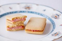 いちごジャムを練り込んだサンドクッキー